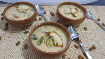jus de citron vert : Bols de soupe de poulet au lait d'amandes et de noix de coco